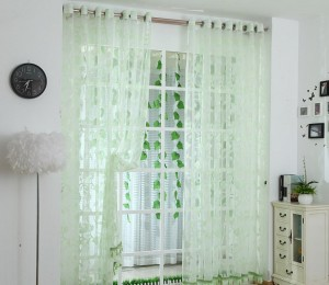 Agrandir une petite chambre par des rideaux claires
